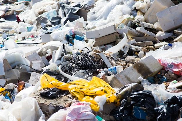 Depósito de lixo na floresta, floresta. problemas ecológicos