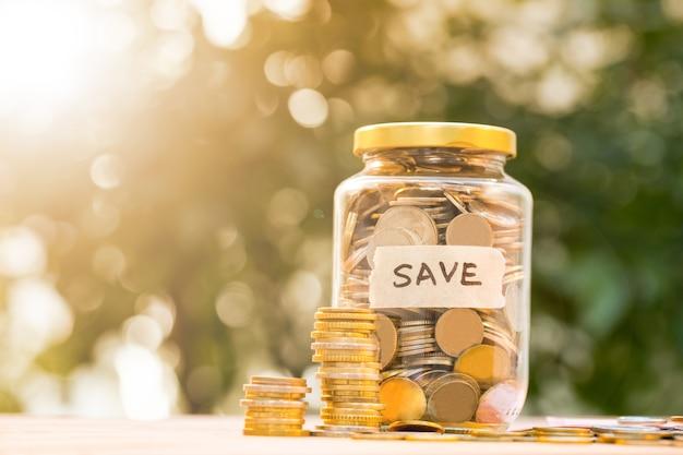 Depósito de moedas de dinheiro de economizar dinheiro para se preparar no futuro.