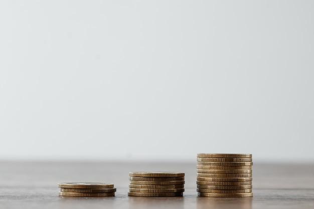 Depósito, moedas na mesa são dispostas em escadas