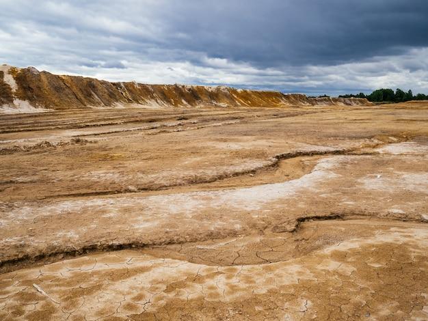 Depósitos de argilas refratárias. pedreira grande com argila de cores diferentes