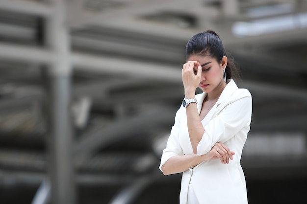 Deprimido chateado jovem mulher de negócios asiáticos