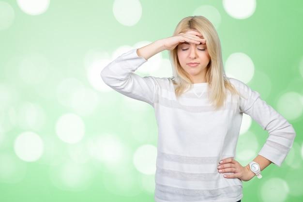 Deprimido mulher madura tocando a testa e mantendo os olhos fechados