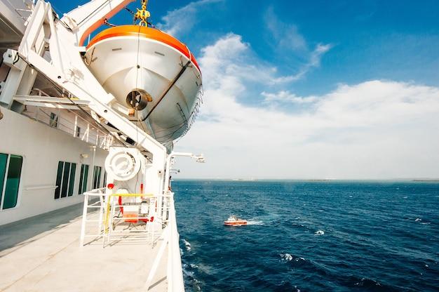 Deque branco da balsa em um dia ensolarado no oceano
