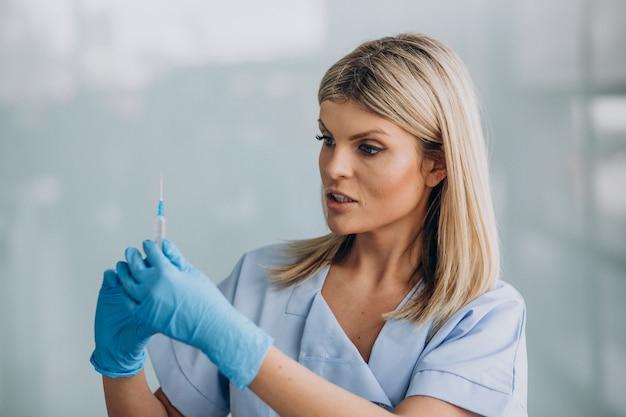 Dermatologista feminina com picada nas mãos