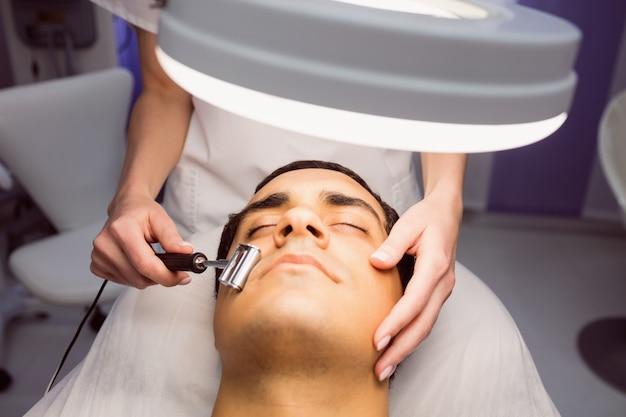 Dermatologista realizando depilação a laser em paciente
