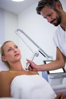 Dermatologista remover toupeira do ombro da mulher