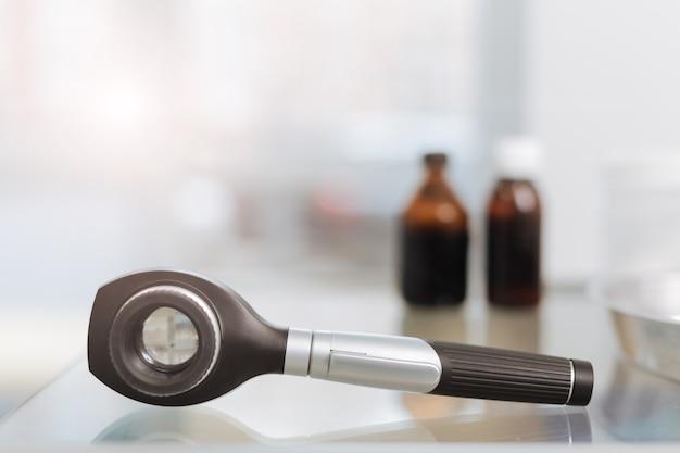 Dermatoscópio profissional moderno e brilhante isolado sobre a mesa no gabinete do pediatra