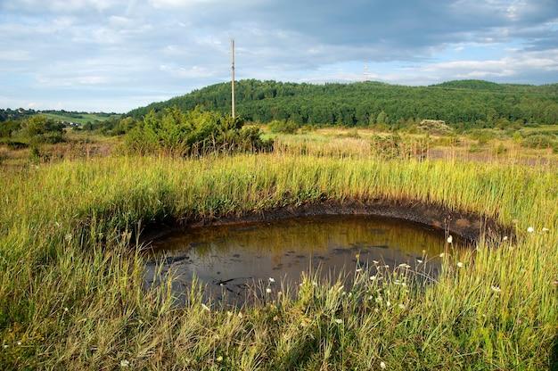Derramamentos de óleo cru na superfície do solo - poluição do meio ambiente por produtos químicos tóxicos.