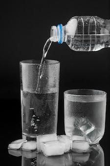 Derramando água de uma garrafa de plástico