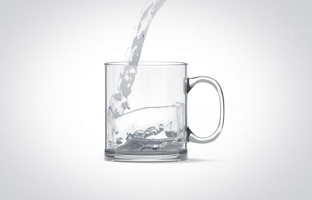 Derramando água em uma caneca de vidro transparente