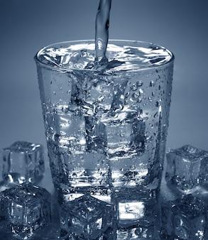 Derramando, beba água, em, vidro, com, cubo gelo