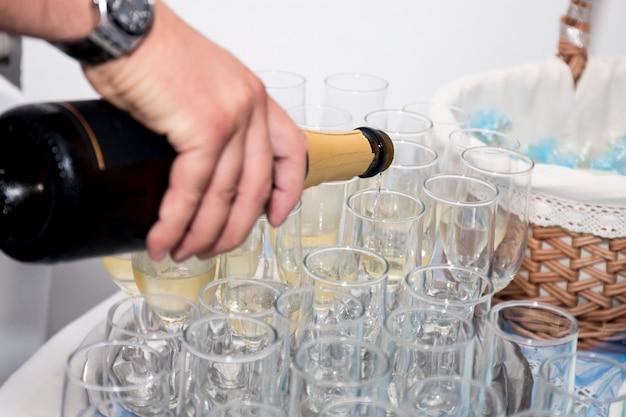 Derramando champanhe