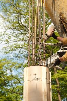 Derramando concreto na construção da casa