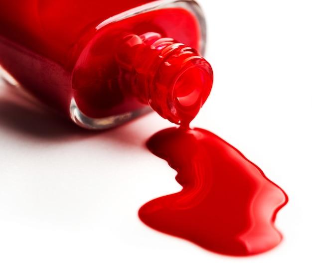 Derramando esmalte do frasco no branco
