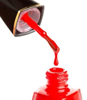 Derramando esmalte vermelho