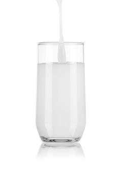 Derramando leite em vidro