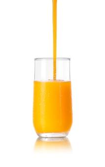 Derramando o suco frio em um copo