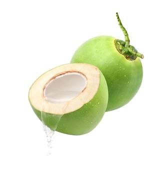 Derramando suco de coco, isolado no fundo branco.