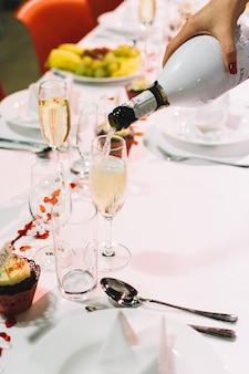 Derramando um brinde de champanhe em uma festa de festa de casamento