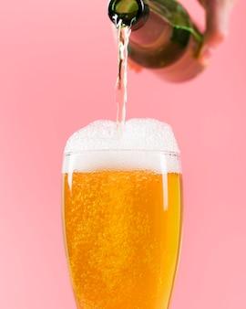 Derramar cerveja em copo