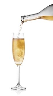 Derramar champanhe de uma garrafa de vidro