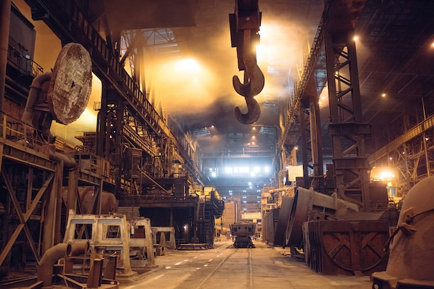 Derretimento de metal em uma planta de aço. alta temperatura no forno de fusão.