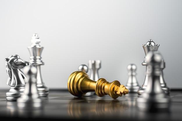 Derrota do rei de ouro no cordão de inimigos