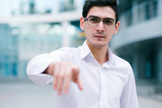 Desafie, desafie, ouse, provocação. homem de negócios confiante apontando o dedo para a câmera
