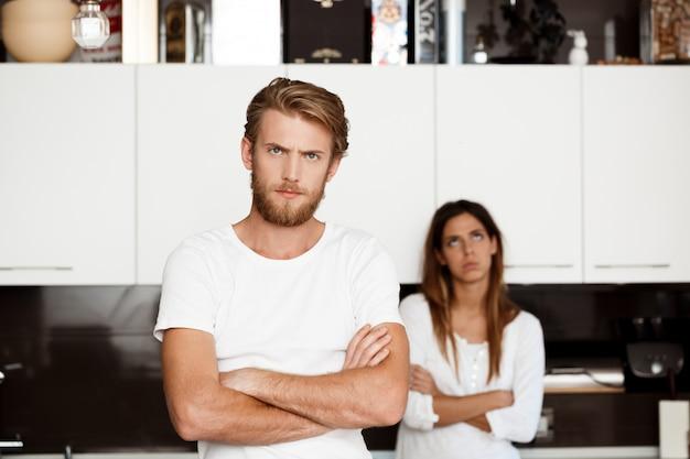 Desagradou homem bonito em briga com a namorada