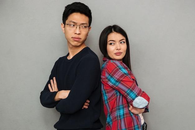 Desagradou jovem asiático casal amoroso brigar.