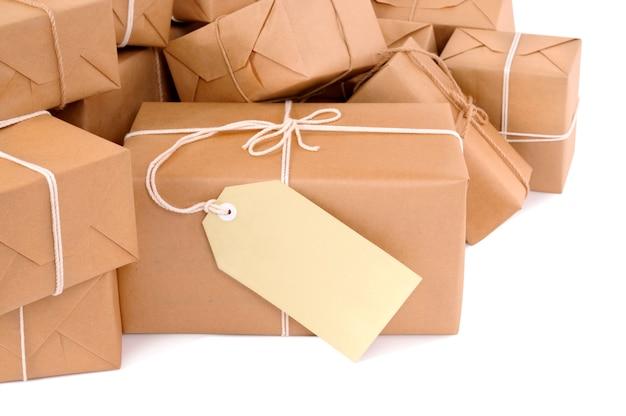 Desarrumado pilha de pacotes marrons com etiqueta