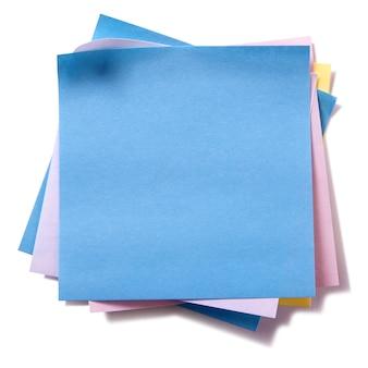Desarrumado pilha várias cores pegajosas post notas isoladas no branco