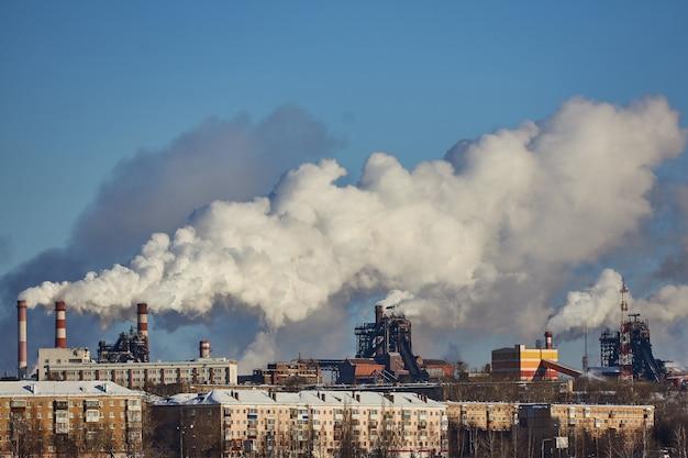 Desastre ambiental. ambiente pobre na cidade. emissões prejudiciais ao meio ambiente. fumaça e poluição. poluição da atmosfera pela fábrica. gases de escape