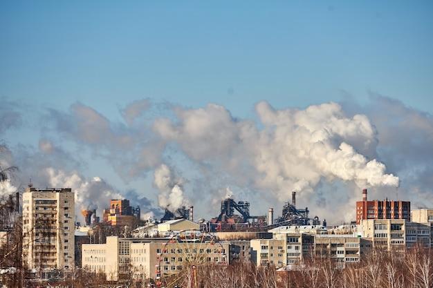 Desastre ambiental. ambiente pobre na cidade. emissões prejudiciais para o meio ambiente. fumaça e poluição. poluição da atmosfera pela fábrica. gases de escape