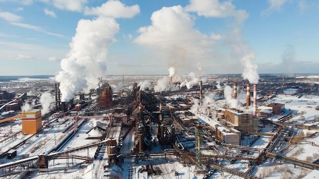Desastre ambiental. ambiente precário na cidade. fumaça e poluição. poluição da atmosfera pelas plantas. gases de escape. emissões prejudiciais para o meio ambiente