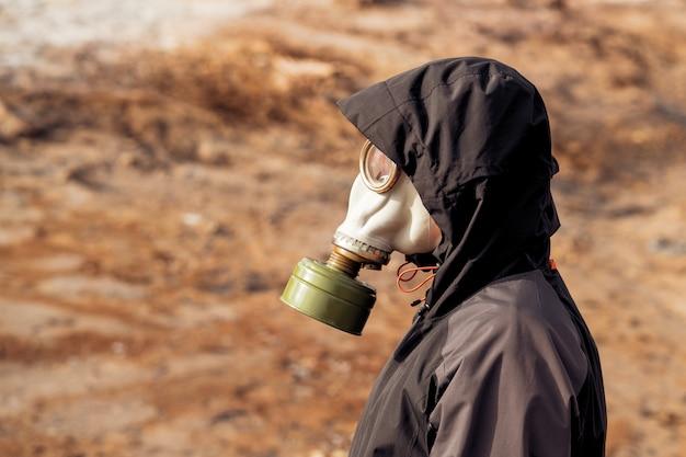 Desastre ambiental. pós-apocalíptico sobrevivente em máscara de gás