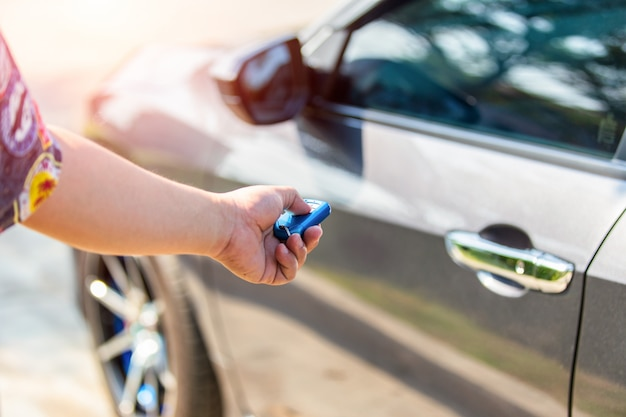 Desbloquear o carro com a chave do carro.