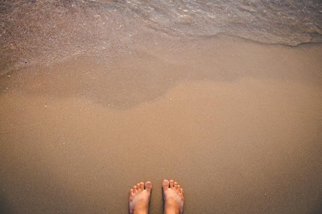 Descalço, levantar, ligado, praia areia, com, onda