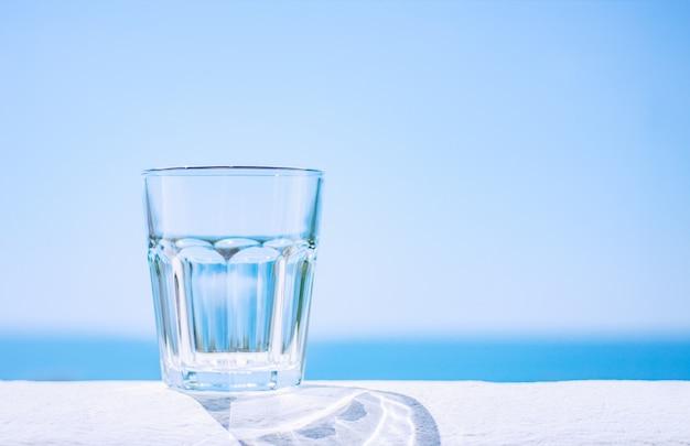Descanse no mar. copo de vidro vazio no fundo do mar.