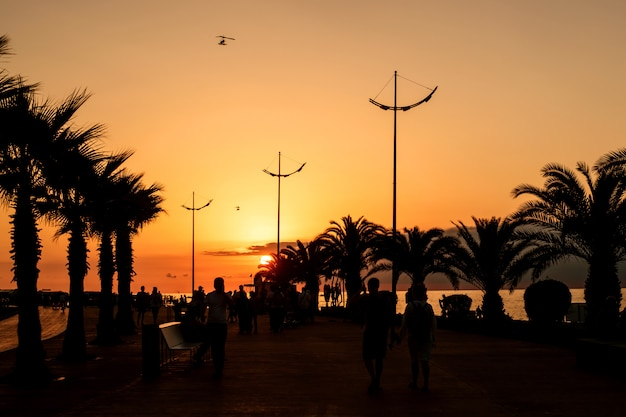 Descanse no mar negro, na geórgia, na cidade resort de batumi. pôr do sol no passeio marítimo.