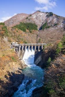 Descarga de água da barragem com paisagem de fundo bonita no japão
