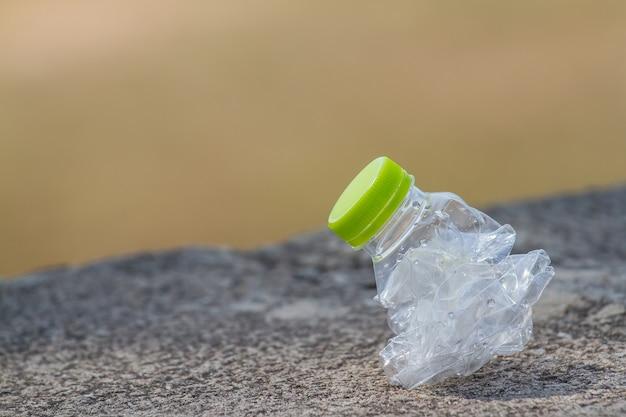 Descarte as garrafas plásticas que não estão no tanque.