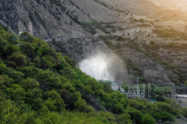 Descarte de água em usinas hidrelétricas. visão noturna da hpp gunibskaya no daguestão. rússia.