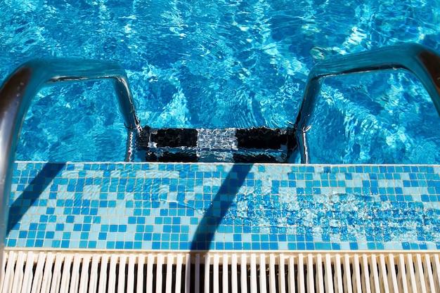 Descer escada para piscina