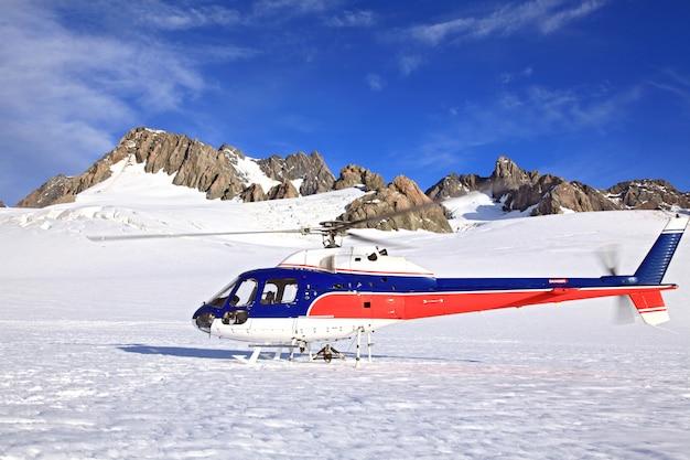 Descolagem do helicóptero sobre franz josef glacier em nova zelândia.