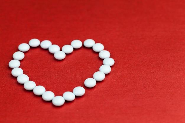Descompactou novos medicamentos de formato redondo para o tratamento do coração, medicamentos na forma de pílulas para o tratamento de doenças cardíacas