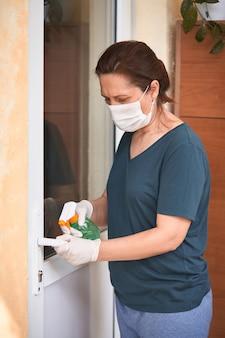 Descontaminar a superfície da maçaneta da porta.