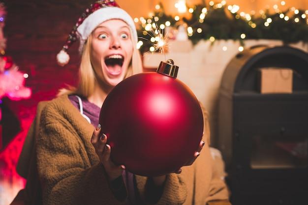 Descontos de venda de férias de natal. rosto de expressões. emoções de bomba. preparação de natal.