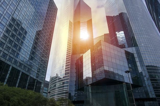 Descrição moderna de um grupo de arranha-céus com escritórios