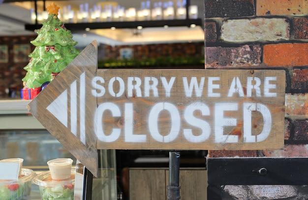 Desculpe, estamos fechados sinal na placa de madeira de seta